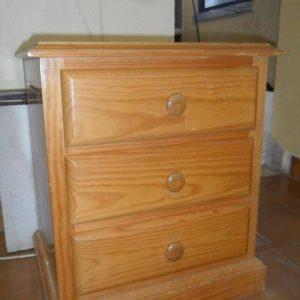 Mesa de cabeceira de 3 gavetas madeira pinho mel